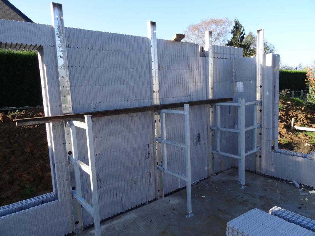 Stellingen voor de bouw van muren met isolerende bekistingsblokken