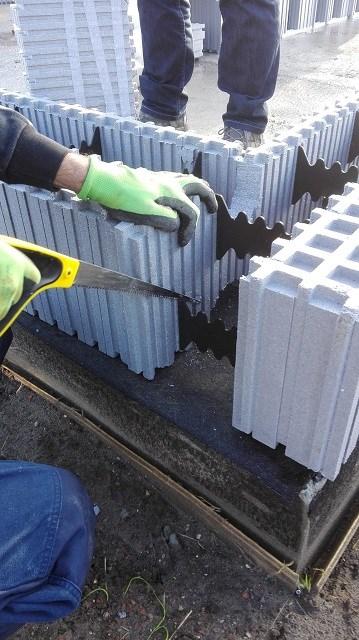 Une grande formation directement sur le chantier: comment construire en auto-construction.
