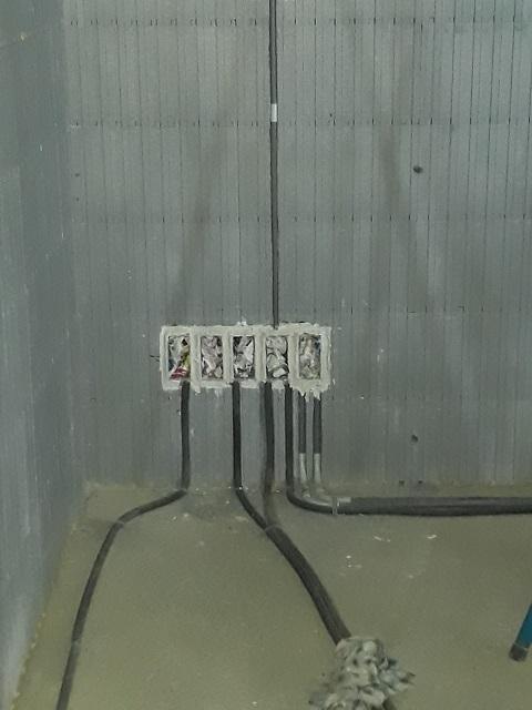 Installation de l'électricité... les rainures se font rapidement et facilement...