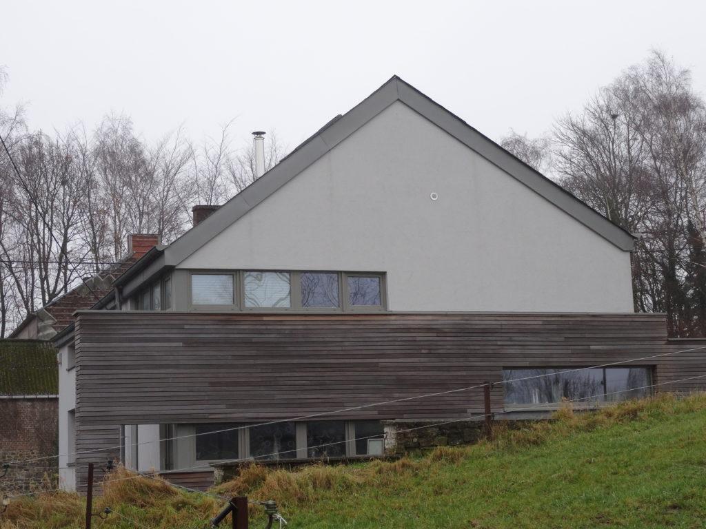 Vue de côté, cette annexe offre une très belle architecture contemporaine grâce à son surprenant module en bois