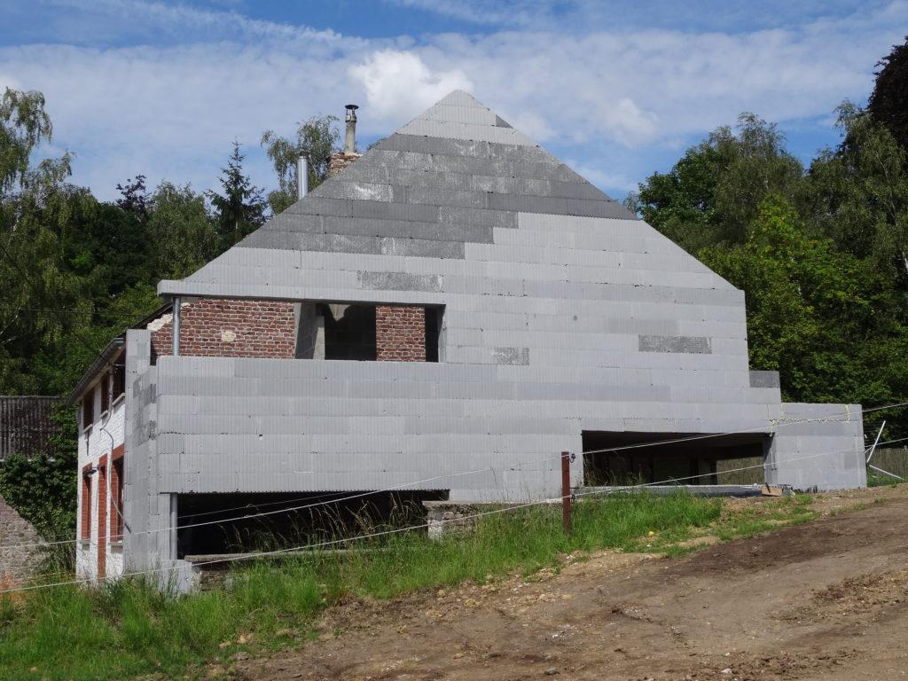 La pointe est achevée et au même niveau que le toit existant