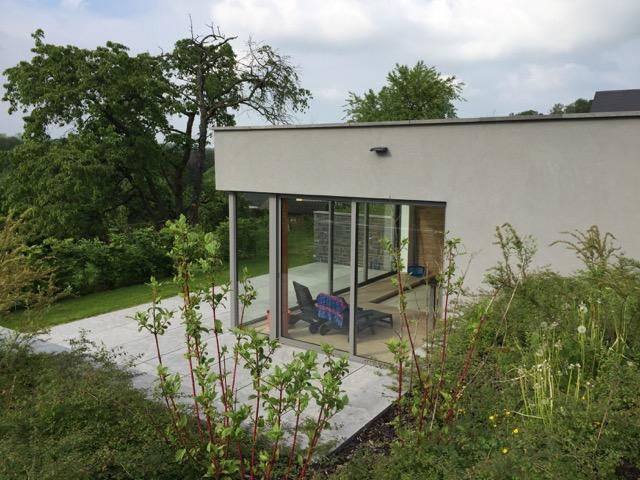 L'annexe vue de l'extérieur avec sa grande baie vitrée.