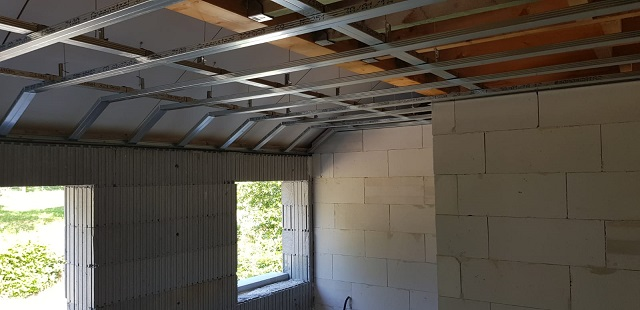 Préparation des structures pour visser les plaques de gyproc pour plafond