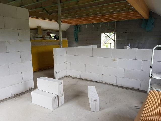 Montage des murs intérieurs de l'étage en blocs cellulaires