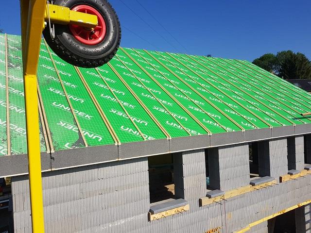 Voilà! Le toit est posé en une seule journée ! Pratique et super isolé !
