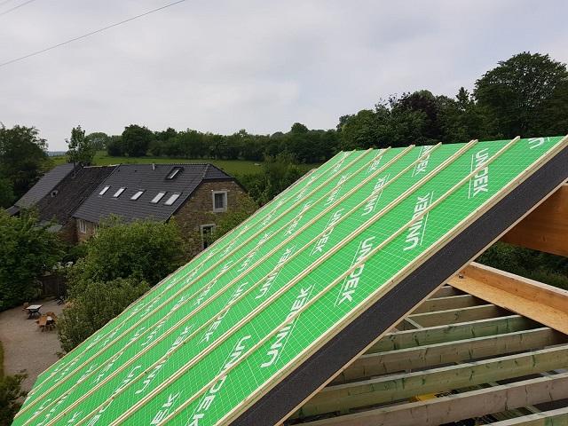 La pose des panneaux de toit autoportants a commencé... avec une belle épaisseur isolante. Nous aurons très vite fini !