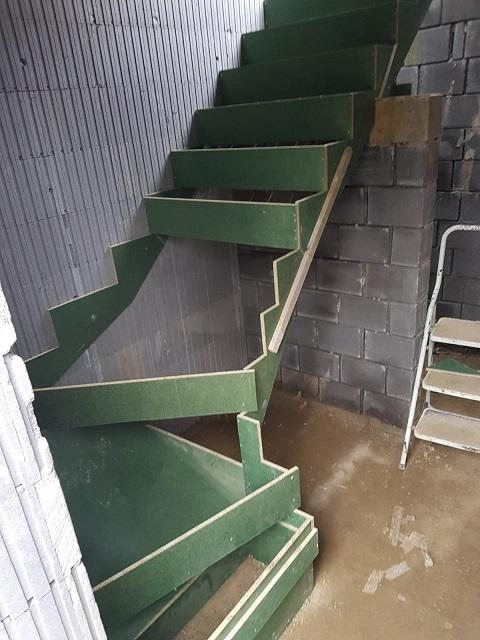 Le coffrage de l'escalier est en préparation