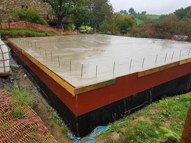 La dalle du rez-de-chaussée est prête à accueillir les premiers blocs!
