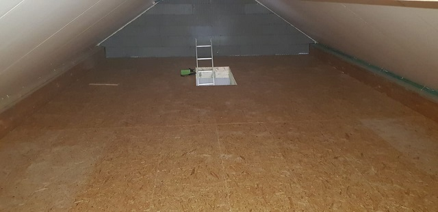 Le grenier est quasiment achevé puisque les panneaux de toit sont livrés avec une jolie finition intérieure