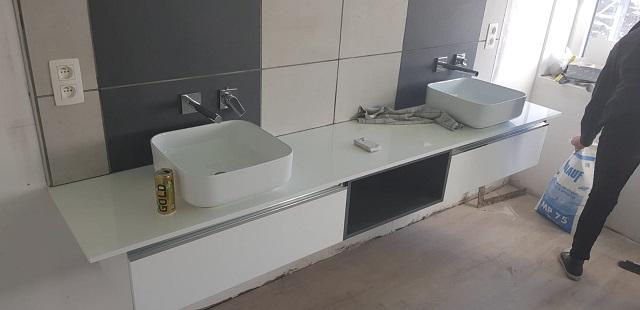 L'espace salle de bain est très spacieux et agréable avec ce beau grand meuble et ces éviers modernes !