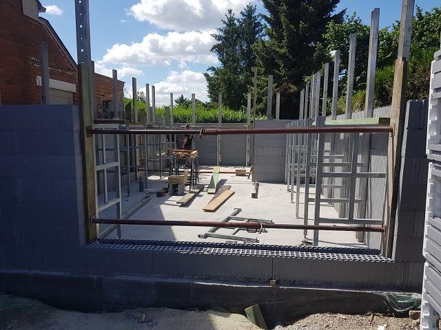 Après 3 jours les blocs de l'annexe sont déjà montés à 1 m 75  et les étais sont posés !