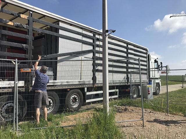 Le camion pour la livraison de nos blocs de coffrage est là... Nous allons pouvoir décharger...