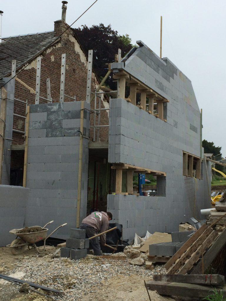 Les murs sont terminés, le coffrage des fenêtres est très bien exécuté, il ne reste plus qu'à réaliser les pointes et couler le béton !