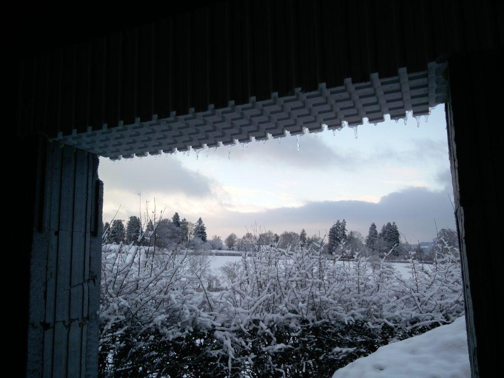 Un paysage enneigé, des stalactites fascinantes, ... bref un vrai décor de Noël qui permet de déjà s'imaginer l'hiver prochain, bien au chaud dans une maison super isolée, à contempler cette vue féérique