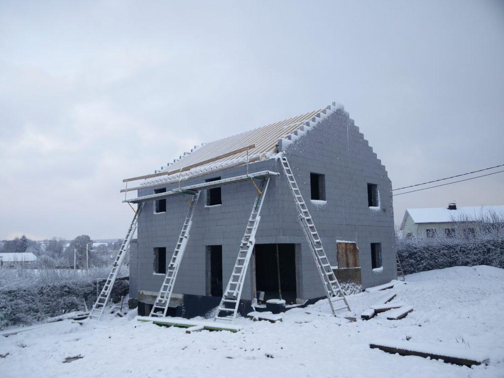 Du jardin, nous pouvons admirer la charpente du toit qui se termine, ainsi que la ravissante baie vitrée de coin auto-suspendue!