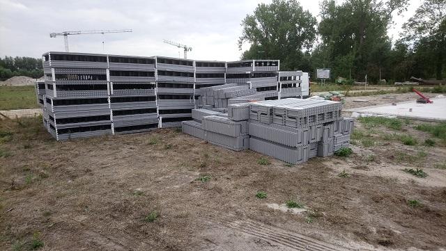 La livraison des blocs de nos deux maisons mitoyennes était faite avant qu'on ne s'en rende compte. Grâce à l'emballage et à la légèreté des blocs, le déchargement était fait en moins d'une heure.