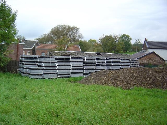 Entreposage de nos blocs dans le fond du jardin. 115m³ avec nos murs intérieurs.