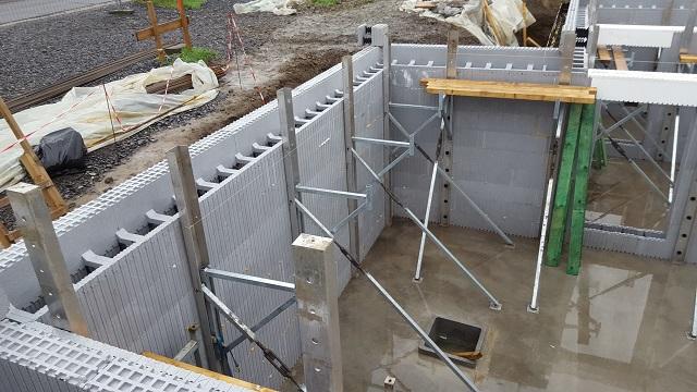 Les étais sont bien placés d'aplombs. Les blocs en L et en U sont posés.   Nous sommes bientôt prêts pour le coulage.
