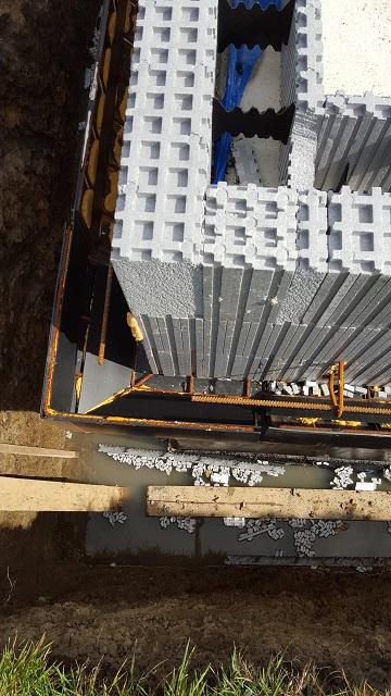 Comme nous mettrons une brique traditionnelle en parement nous avons opté pour le système «blocoffre» qui nous permet de faire nos caves en Isovariant et d'avoir le support nécessaire pour nos briques!
