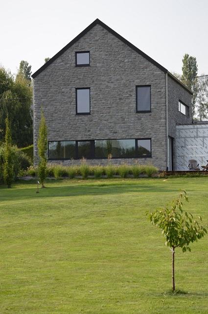 Grande fenêtre bandeau donnant sur le jardin...
