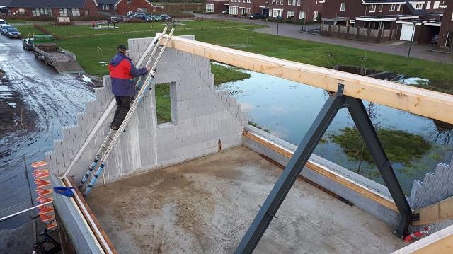 C'est parti... nous commençons le toit de l'annexe!