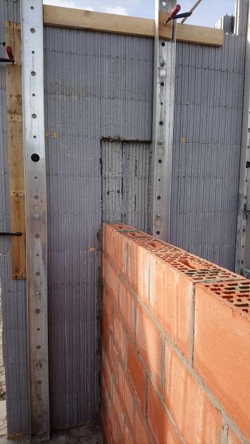 Pour les murs de séparation intérieurs on enlève une partie de l'isolant intérieur pour avoir une parfaite solidarité entre les deux murs. On a choisi de les faire en terre cuite pour gagner de la place.