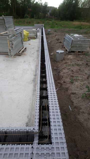 Ça y est la première ligne de blocs est posée, notre dalle était bien plate ce qui donne un très beau résultat.