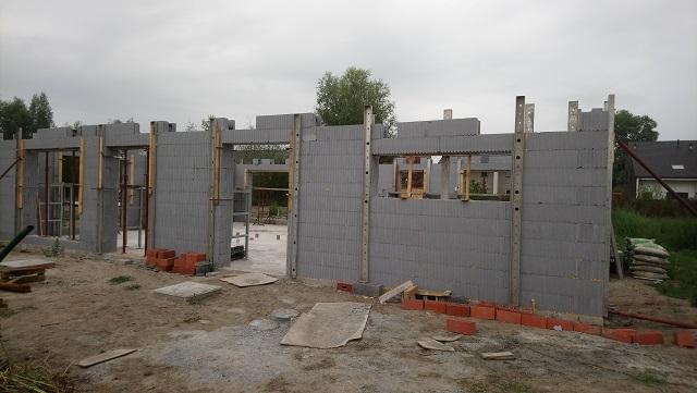 Le rez-de-chaussée  des deux habitations est déjà bientôt achevé. Ça a été bien vite !