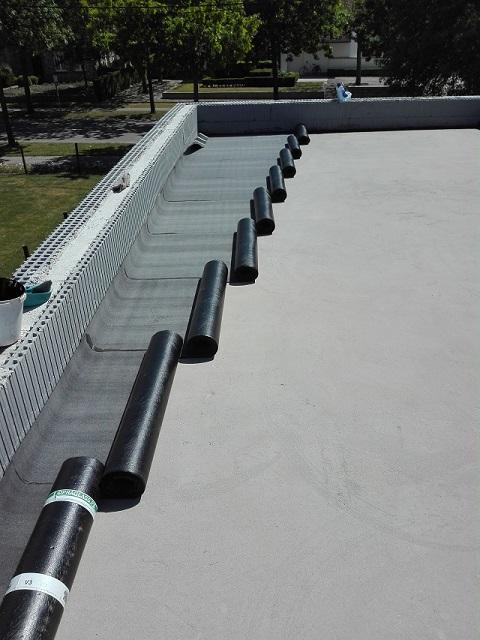 Pose d'une première couche de roofing pour assurer une étanchéité parfaite!