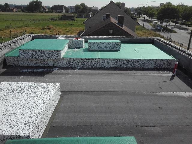 C'est parti pour poser à nouveau les panneaux isolants, mais cette fois pour l'isolation de notre toit !