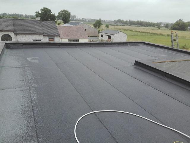 La deuxième couche de roofing est installée…Notre toit plat est terminé et sans défaut!
