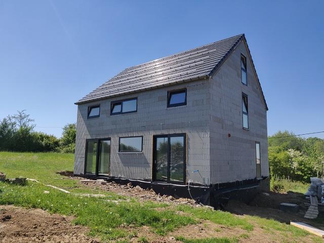 Mr et Mme Loicq – Autoconstruction – blocs-châssis-panneaux de toit