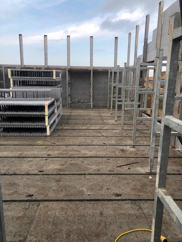 Mr et Mme Delmartino – Autoconstructeurs – Blocs de coffrage isolants et panneaux de toit (toiture plate)