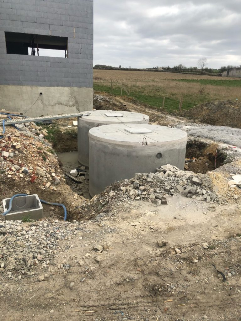 La citerne d'eau de pluie et la fosse septique sont posées !